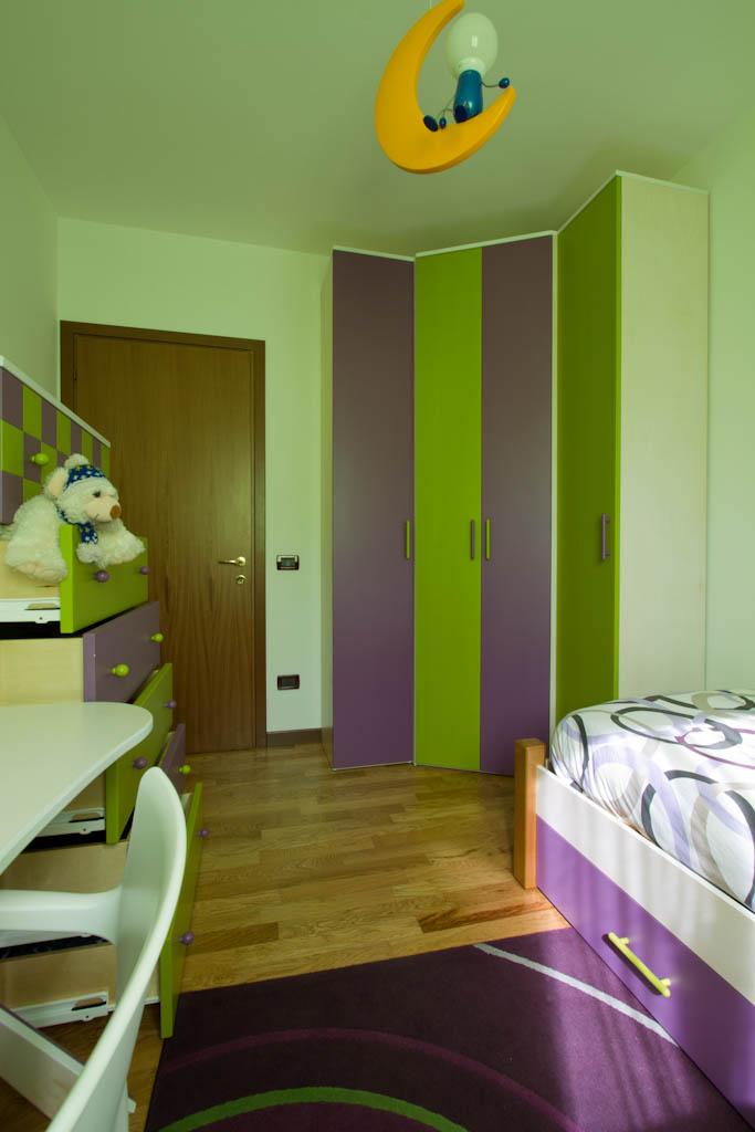 una cameretta verde e viola per bimbi falegnameria