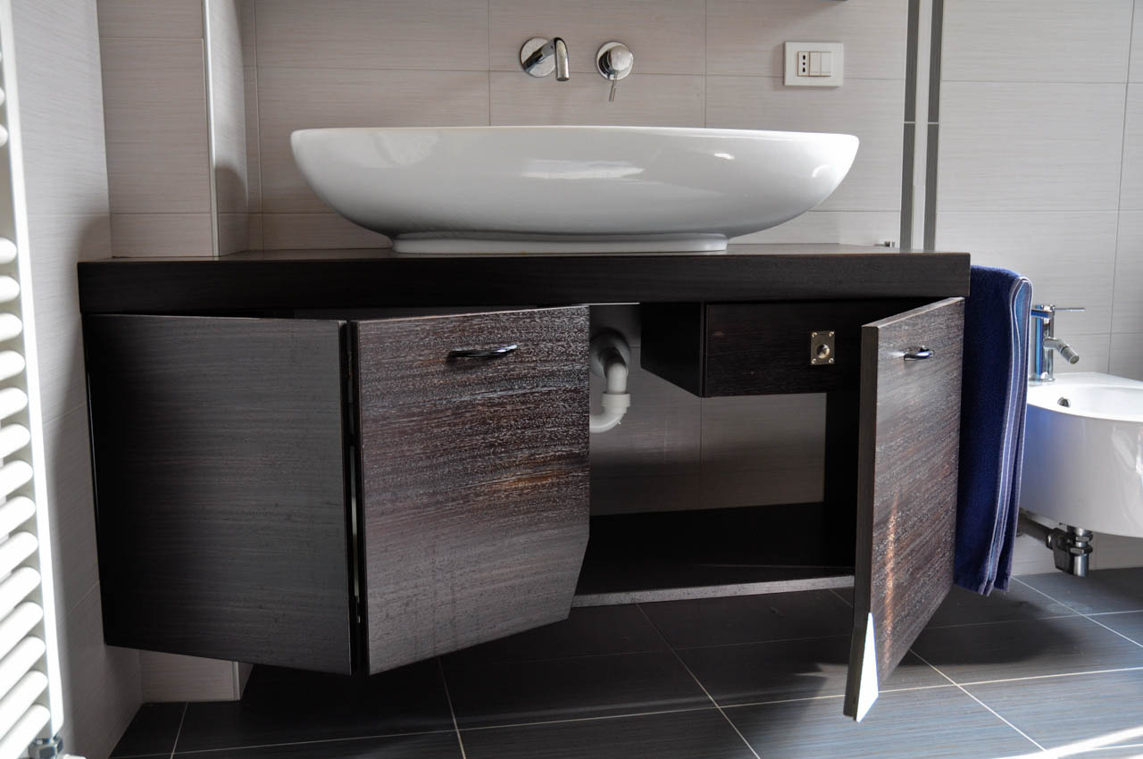 Un bagno realizzato su misura falegnameria barbaresso - Mobiletti multiuso ikea ...